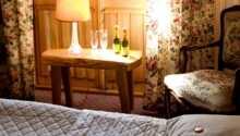 Charmerende værelse med et rustik og romantisk interiør.