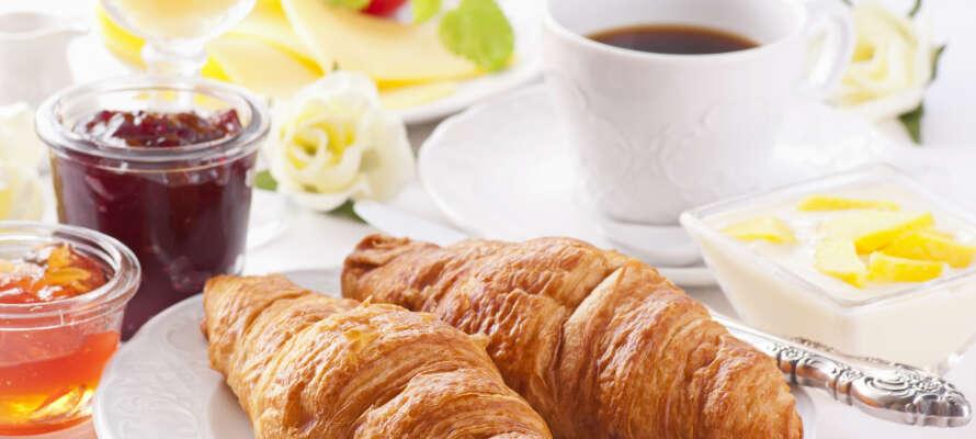 Nyd den lækre morgenbuffet i den Hvide Restaurant.