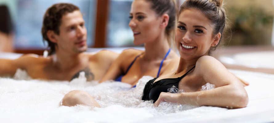 Lad hverdagens stress blive hjemme, og slap af med i relaxafdelingen med boblebad og sauna.