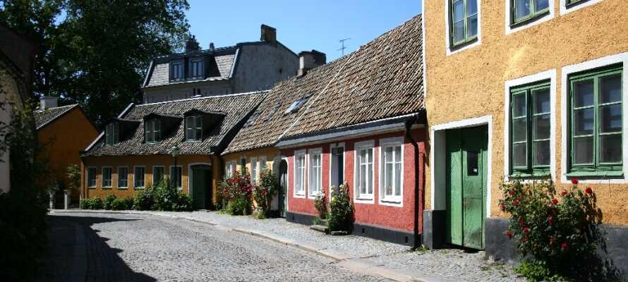 Promenera längs vackra och mysiga kullerstensgator i stadsdelen Nöden. Titta in i roliga små butiker och caféer!