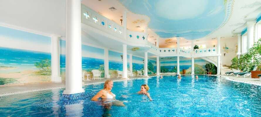 Der 1.800 qm große Wellnessbereich bietet Innenpools, Sauna, Dampfbad, Massage und einen Fitnessbereich.