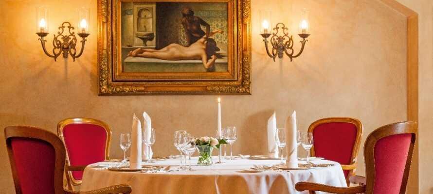 Nyt en god middag i hotelles koselig og stemningsfulle restaurant.