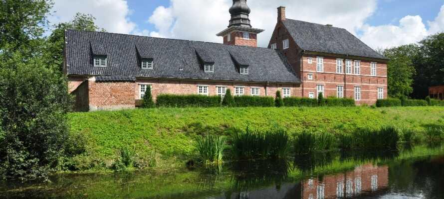 I byen kan dere besøke det historiske Husum Slott.