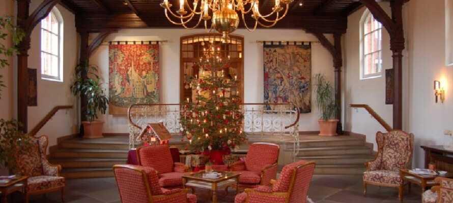 Under vintertid pyntas hotellet stämningsfullt.
