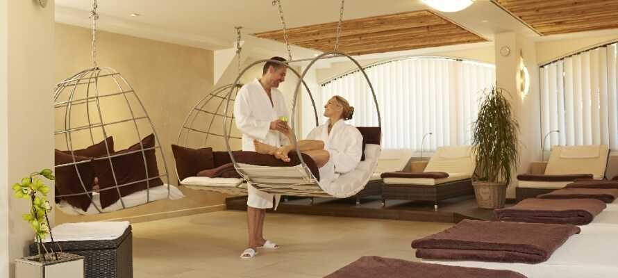 Forkæl Jer selv med ren afslapning og velvære på hotellet, hvor I har adgang til både aromabad, massage og sauna.