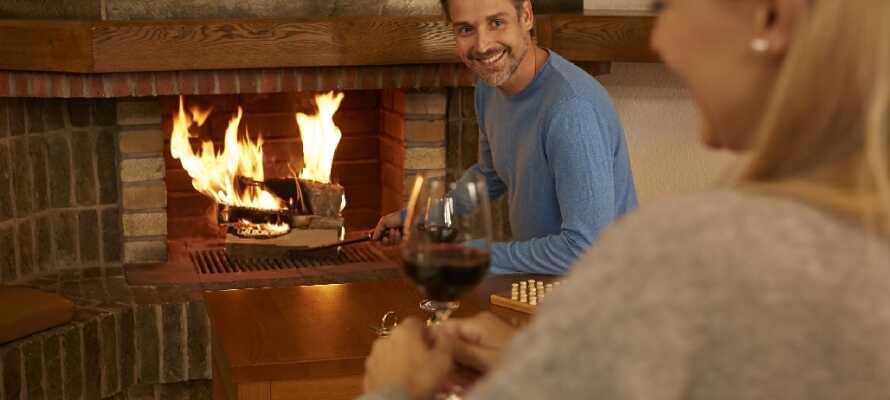 Nyd et udvalg af regionale og internationale retter og et glas vin i den hyggelige spisestue, foran pejsen eller i Hirschgarten.