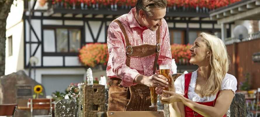 Efter en innehållsrik dag i Sydtysklands vackra natur kan ni njuta av en kall öl i hotellets egen Biergarten.
