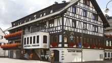 Hotellet ligger højt placeret i den nordlige ende af Schwarzwald