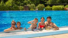 Tillgång till både pool och lekplats finns nära hotellet.