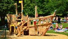 Børnene kan hygge sig på legepladsen, tæt på hotellet