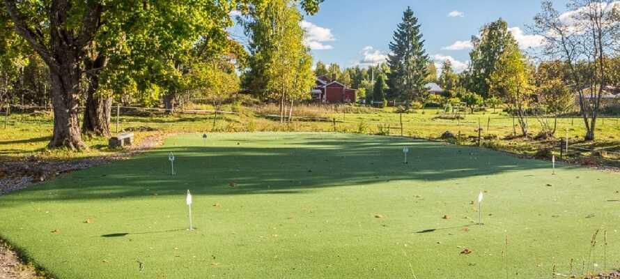 Naturen kring hotellet är mycket vackaer och golfare kan ta en tur på Mackmyrabanan.