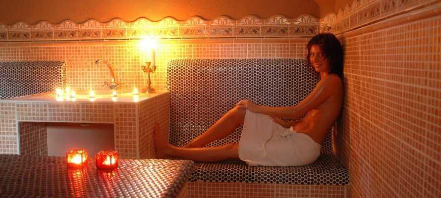 Hotellets 890 kvm stora wellness-avdelning har inomhuspool, bubbelpool, bastu, ångbad och behandlingar.