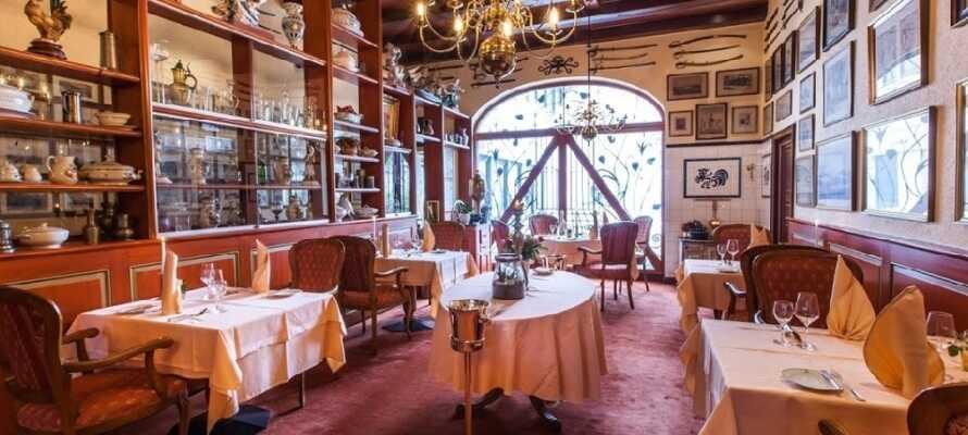 Hotellet har två mysiga restauranger som serverar regionala och internationella rätter.