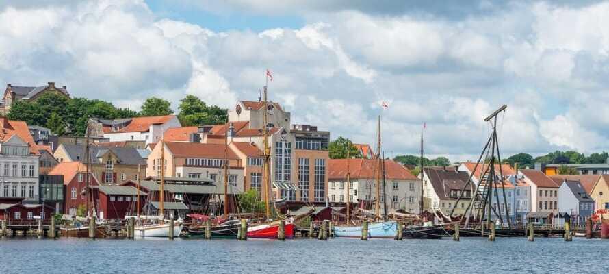 Opplev fantastiske Flensburg . Byen er sentrum for det danske mindretallet  i Sydslesvig og har både danske skoler og kirker samt spennende historie.