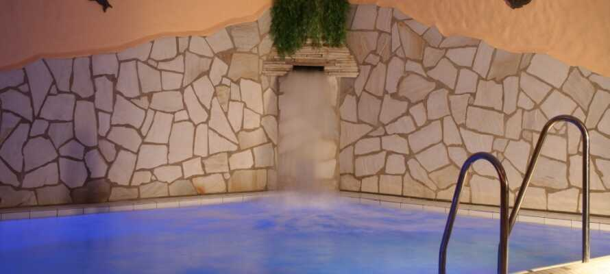 Ta en deilig dukkert i hotellets innendørs svømmebasseng og la de rolige omgivelsene rense på sjel og sinn.