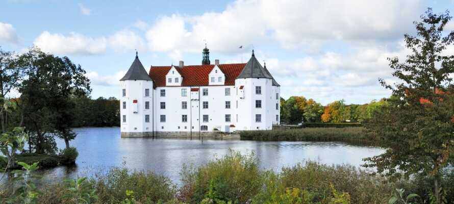 Se vackra Glückburg slottet vid Flensburg Fjord.