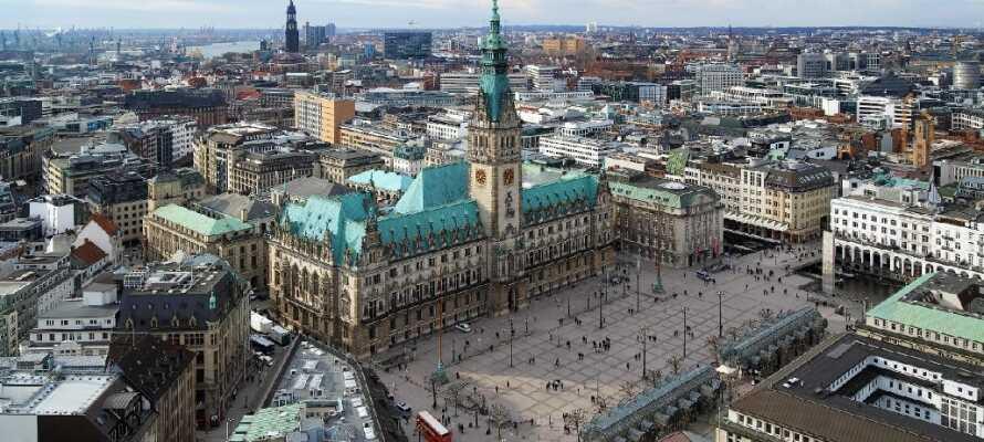 Gå forbi Hamburgs rådhus fra 1897 som er bygget i nyrenessansestil.