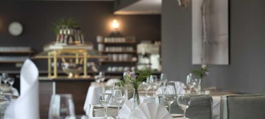 Nyd en middag i hotellets restaurant, hvor der både er regionale og internationale retter på menuen.