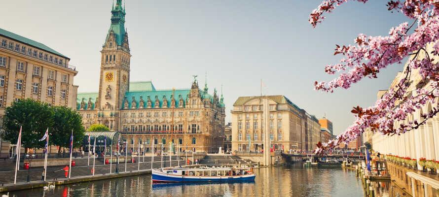 Oplev Hamburg fra vandsiden og nyd de smukke bygninger, som præger byen.