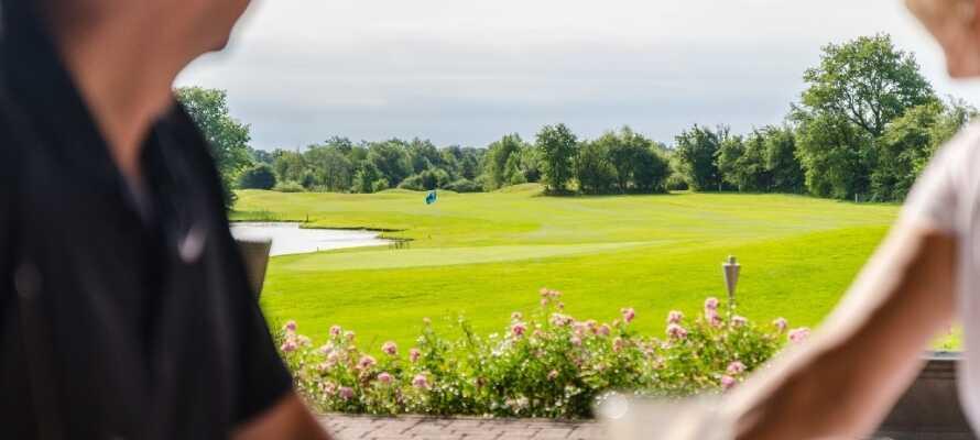 Hotellet ligger precis vid Tysklands 14:e bästa golfbana med fantastisk utsikt över de välskötta och gröna banorna.