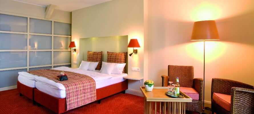 Hotellets ljusa och rymliga rum är omsorgsfullt inredda i lantlig stil med egen balkong eller terrass.