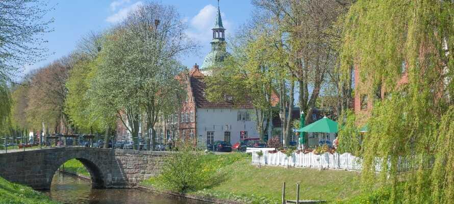 In Friedrichstadt, das nur 15 km vom Hotel entfernt liegt, können Sie  die entspannte Atmosphäre der Stadt genießen.