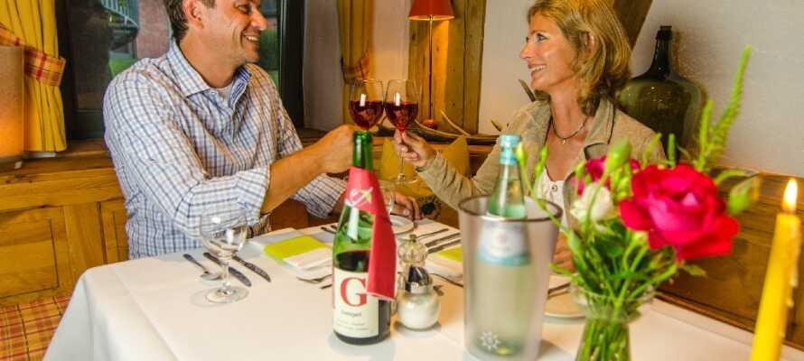 Ät middag och njut av ett glas vin i hotellets restaurang med lantlig atmosfär.