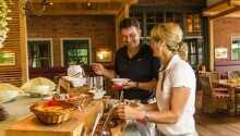 Das Restaurant mit rustikalem Ambiente bietet regionale Spezialitäten und mediterrane Küche.