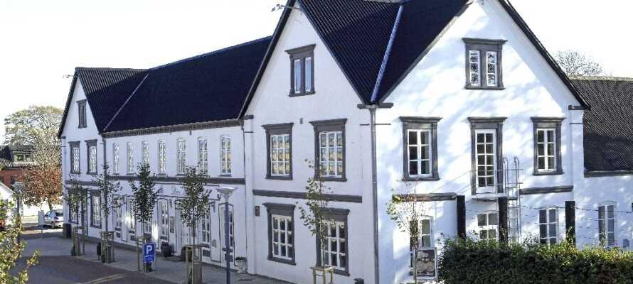 Hotellet har 3 stjerner og er et hyggelig byhotell fra 1897, med en sentral beliggenhet i Aars.