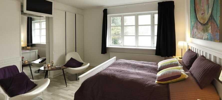 Hotellets værelser er lyse og rummelige og skaber en god base for jeres ophold i Aars