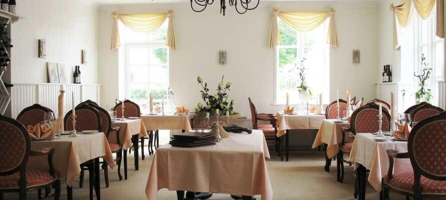 På hotellet kan I spise middag i restauranten og slutte dagen med en drink i baren.