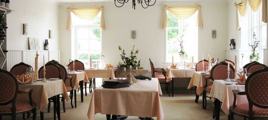 På hotellet kan dere spise middag i restauranten og avslutte dagen med en drink i baren.