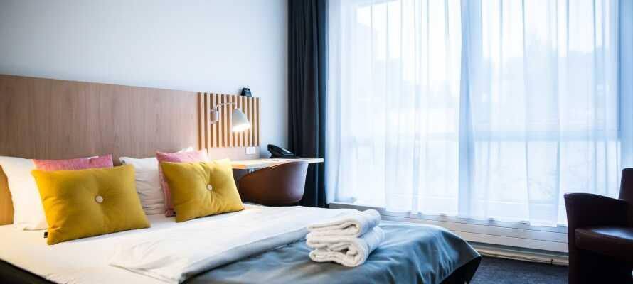 De dejlige lyse og moderne værelser er enkelt indrettet med komfortable møbler.