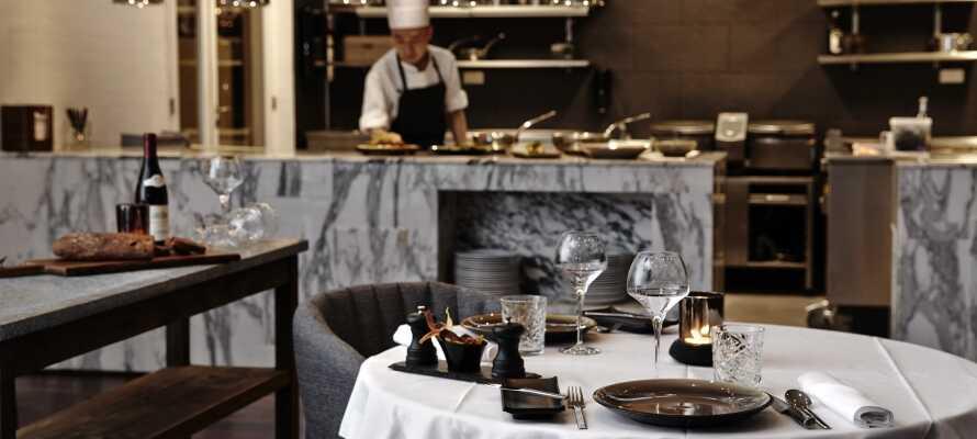 Njut av den goda maten och de vackra omgivningarna i Restaurant Brasseriet med öppet kök.