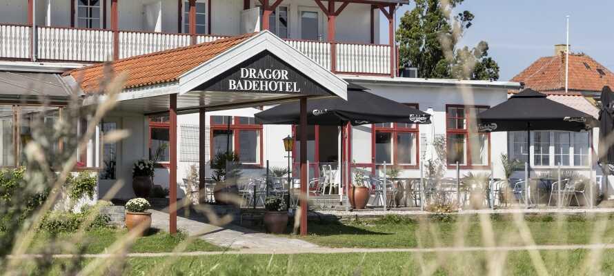 Dragør Badehotel har en fantastisk beliggenhed, tæt på både havet, lystbådehavnen og stranden, på det sydøstlige Amager.