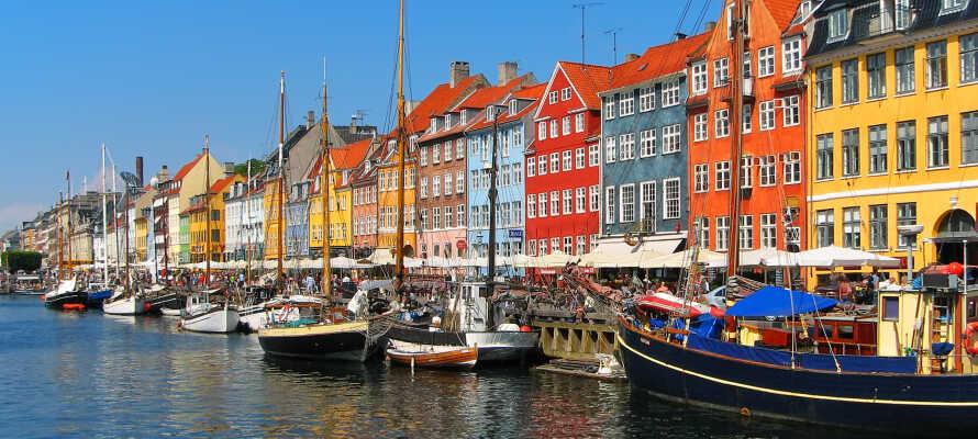 Tag nemt bilen eller bussen ind til Københavns livlige centrum, og oplev de mange seværdigheder.