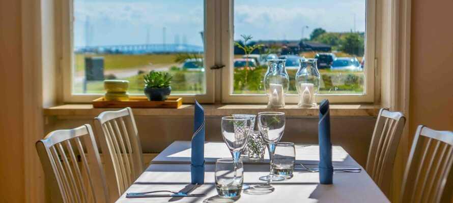 Hotellets hyggelige restaurant har en skøn udsigt mod havet og Øresundsbroen. Her går mad og omgivelser op i en højere enhed.