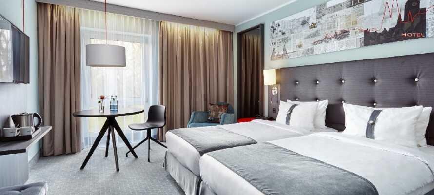 Føl dere hjemme i de romslige og lyse standardværelsene, dekorert med moderne veggkunst.