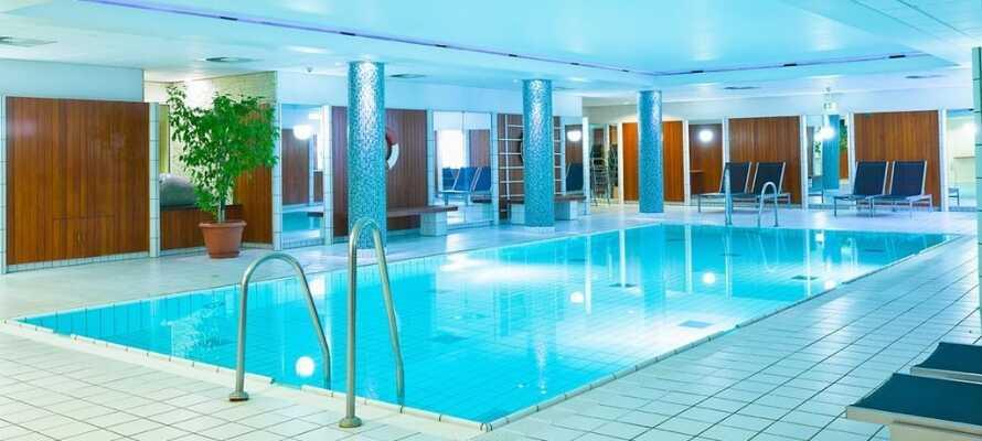 Zum 4-Sterne-Hotel gehören ein Hallenbad, eine Sauna und ein Fitnessraum .
