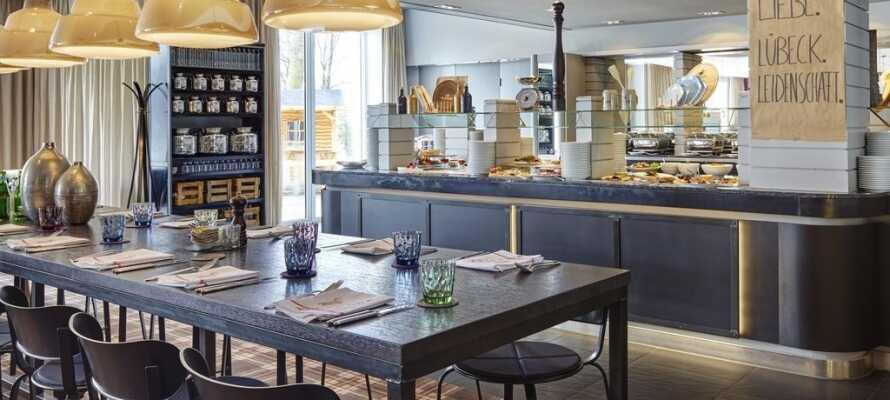 Spis middag i hotellets moderne restaurant