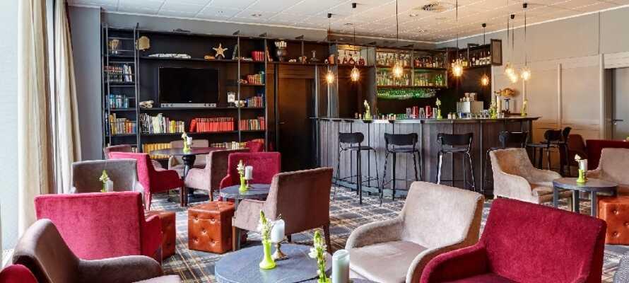 Gemütliche Atmosphäre und Polstermöbel in der Bar-Lounge laden zum Entspannen und zu angenehmen Gesprächen ein.