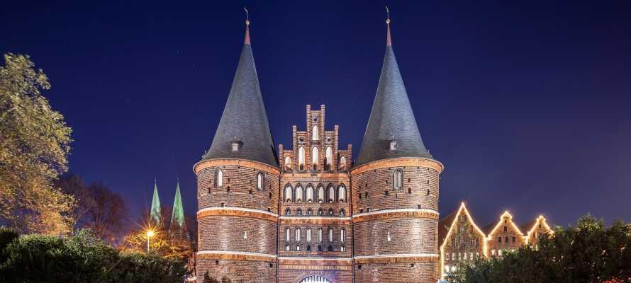 Entdecken Sie die wichtigsten Sehenswürdigkeiten der Stadt, darunter das Holstentor, das die Altstadt gegen Westen sichert.
