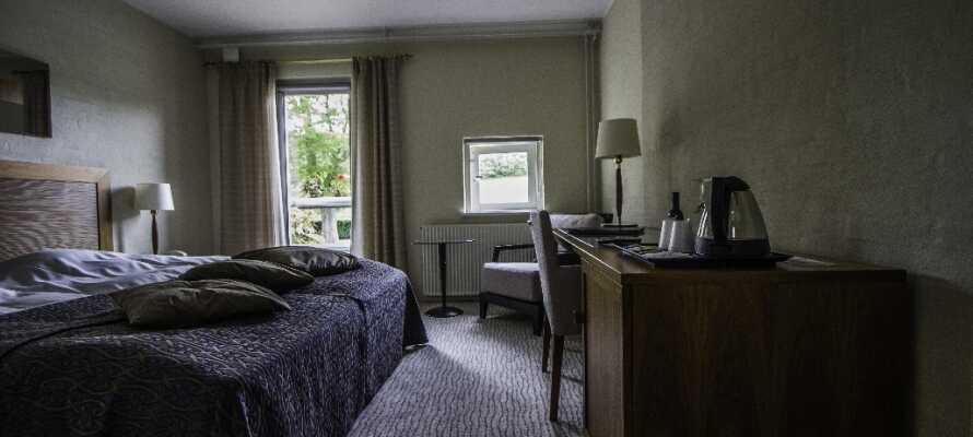 Rummen är modernt inredda med eget badrum, skrivbord och kabel-TV.