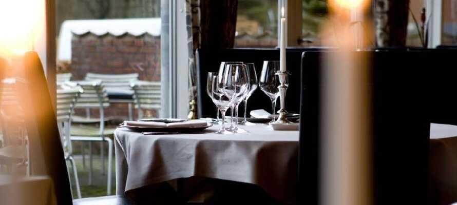 Tilbring en hyggelig aften med middag og et godt glas vin på kroen og slut dagen i den hyggelige bar.