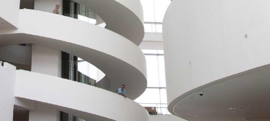 Aarhus byr på mange spennende seværdigheter og underholdning. ARoS Kunstmuseum er garantert blandt hovedattraksjonene
