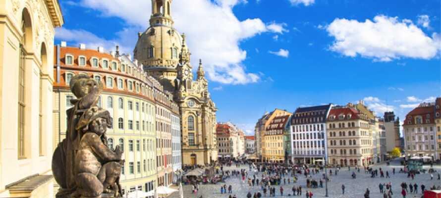 Besök Dresdens stadscentrum med den vackra Frauenkirche och de andra historiska byggnaderna som omger kyrktorget