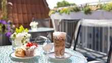 Restaurant und Terrasse: Hier beginnt der Tag mit einem abwechslungsreichen Frühstück vom Buffet.