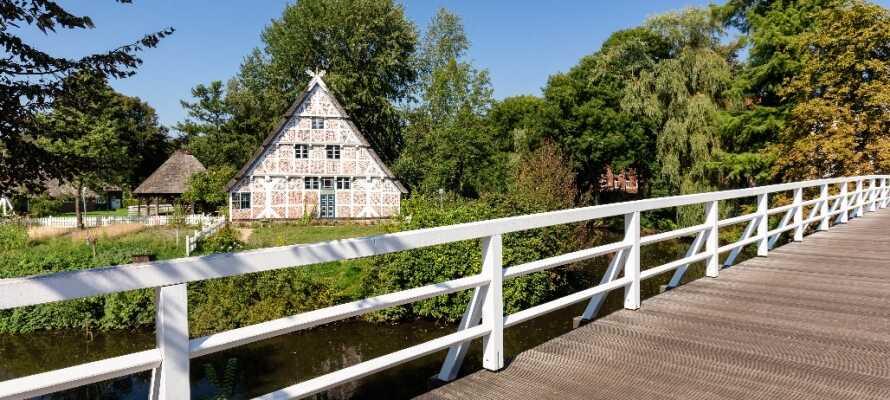 Tag en tur til friluftsmuseet 'Das Freilichtmuseum auf der Insel' som ligger placeret på en lille ø midt i byen.