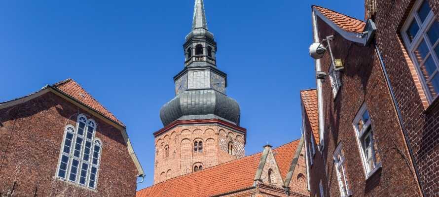 St. Cosmae: Die Kirche aus dem 12. Jh. ist mit ihrem Turm das Wahrzeichen der Stadt.