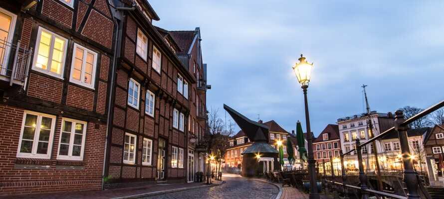 Nyt den fantastiske havnestemning ved Alter Hansehafen i den gamle bydelen.